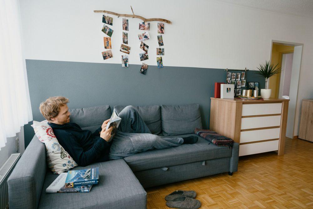 """""""Mein Lieblingsplatz ist definitiv die Couch im Wohnzimmer. Es gibt nichts besseres, als einfach mal mit einem guten Buch zu chillen."""""""