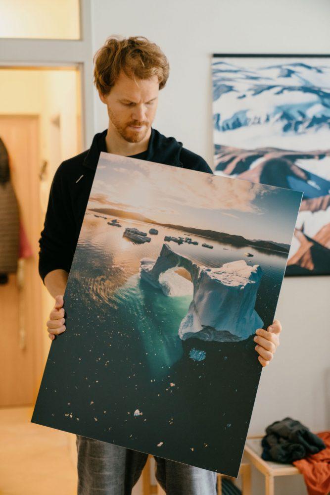 Roman Königshofer mit seinem Alu Dibond Fine Art Print 'Eisberg Bogen in Südgrönland'