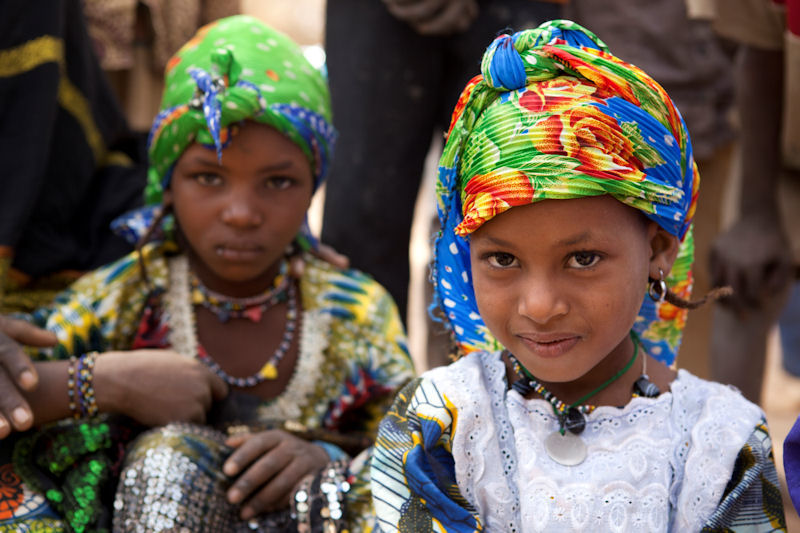 Halima und Mariam – beide sieben Jahre alt – sind mit ihren Familien in den Niger geflohen und leben jetzt im Mangaize Flüchtlingslager.
