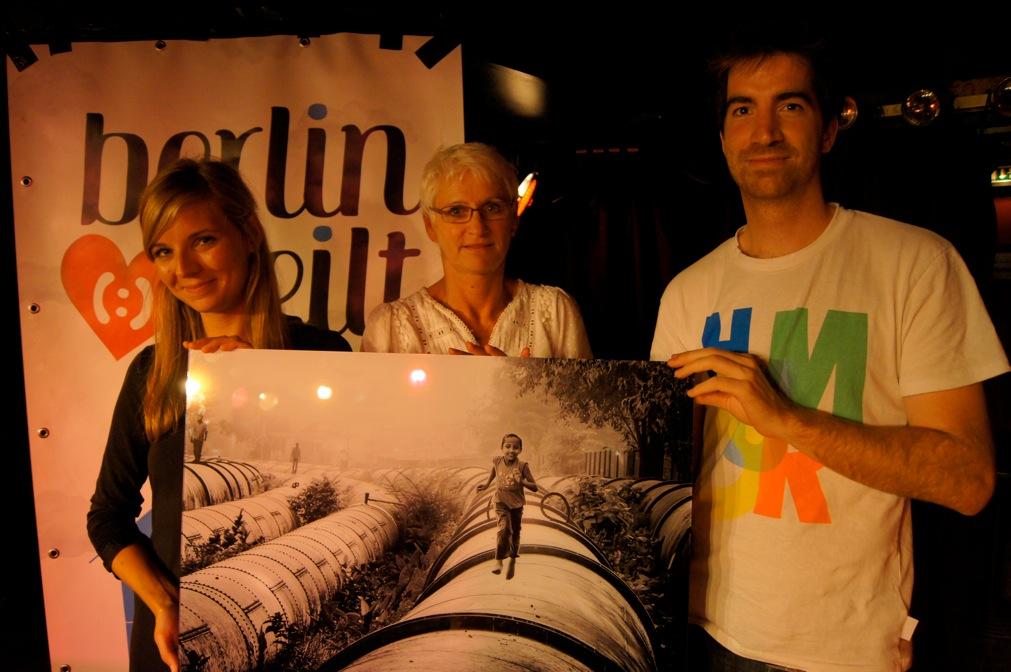 Foto mit der Siegerin und dem ersteigerten Foto von Rob van Kessel