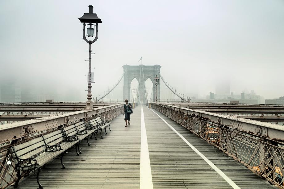 Fotokunst von Rob van Kessel - Walking the Brooklyn Bridge