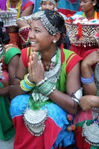 Kamalari Mädchen in traditioneller Kleidung