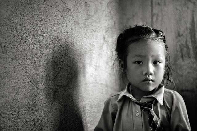 Mädchen aus Kathmandu - Fotokunst von Victoria Knobloch