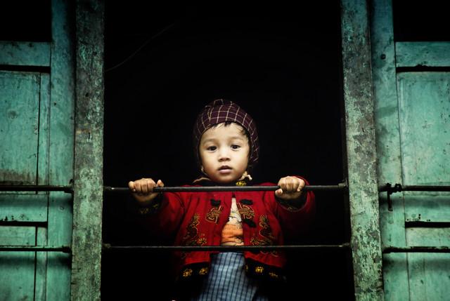 Boy in Kathmandu - Fotokunst von Victoria Knobloch