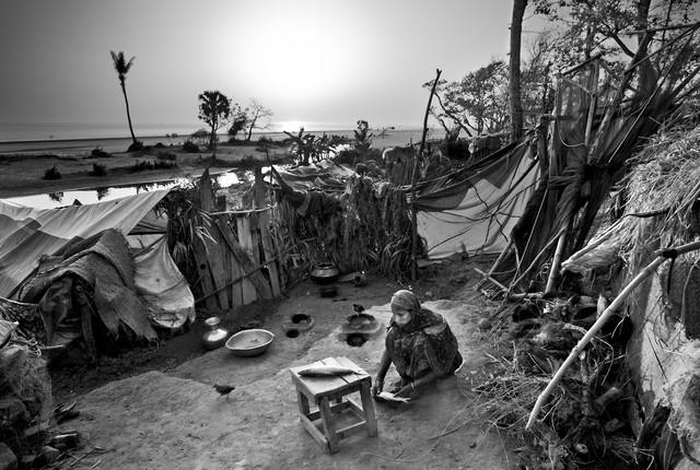 Woman preparing fish, Bangladesh von Jakob Berr