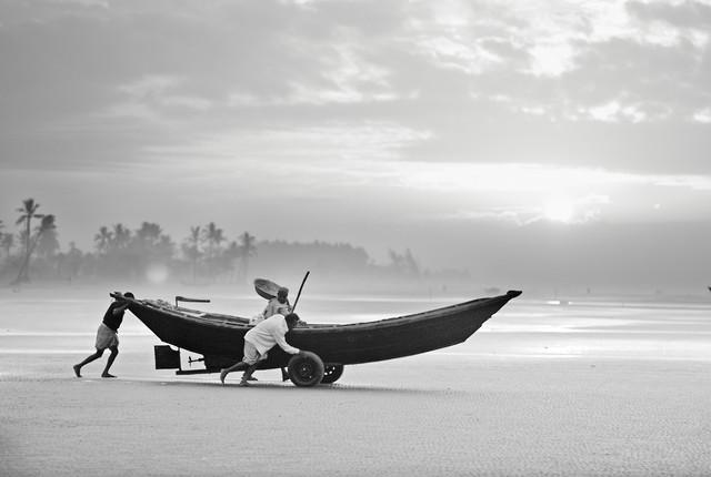 Fishermen launching their boat in the morning, Bangladesh von Jakob Berr