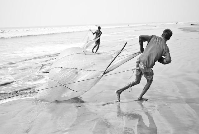 Fishermen fishing for shrimp larvae, Bangladesh von Jakob Berr
