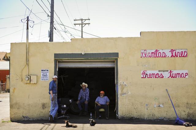 Mexican tire shop, Denver, USA von Jakob Berr