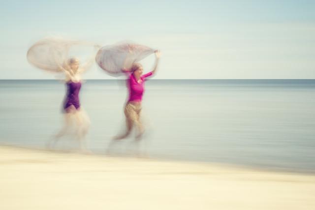 TWO WOMEN ON BEACH #VI von Holger Nimtz
